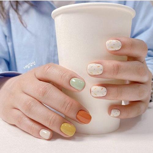 светлый осенний маникюр на короткие ногти 5