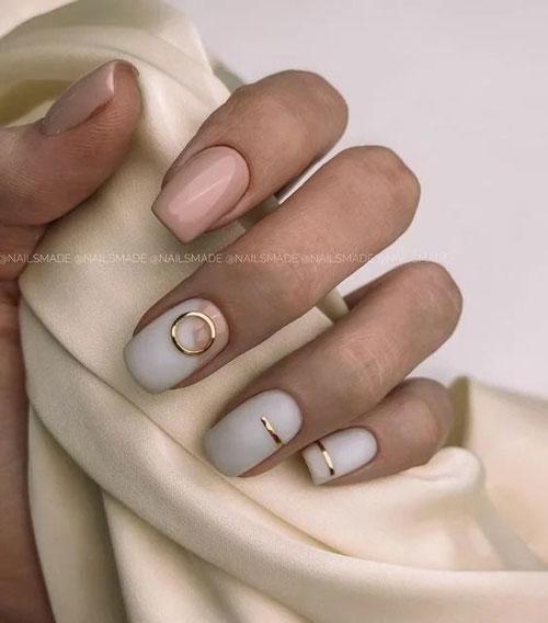светлый осенний маникюр на короткие ногти 4