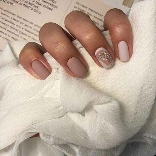 светлый осенний маникюр на короткие ногти 3