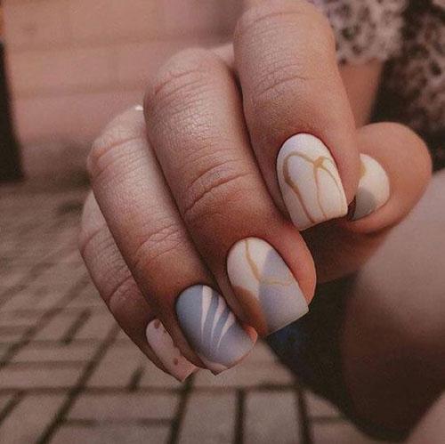 светлый осенний маникюр на короткие ногти 2