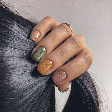 светлый осенний маникюр на короткие ногти