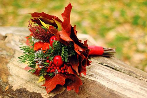 букет из шишек и осенних листьев поделка