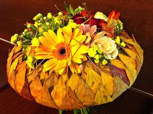букет из шишек и осенних листьев поделка 3