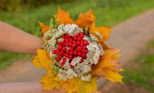 букет из шишек и осенних листьев поделка 4