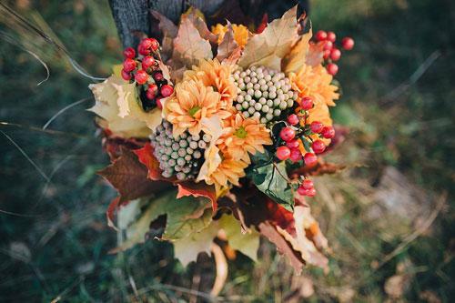 осенний букет из листьев и ягод