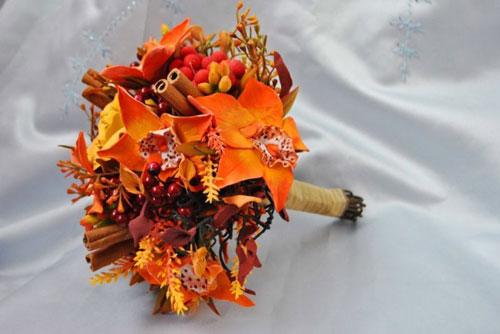 красивый осенний букет из листьев